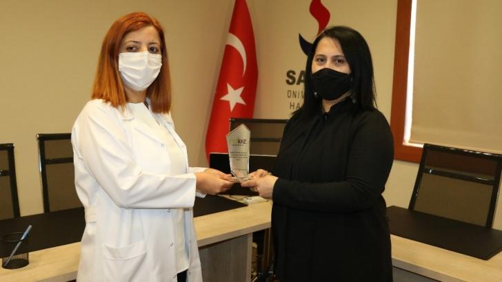 Kadın gazeteciden kadın sağlık çalışanlarına plaket