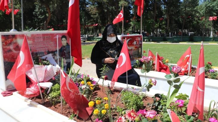 Şehit aileleri çocuklarının mezarlarını ziyaret edip dualar ettiler